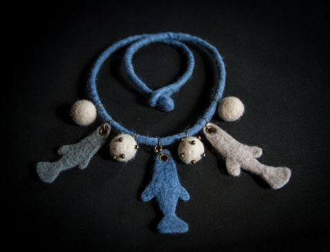 Wool necklace with fishes