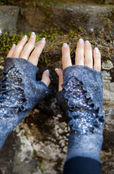 — Fingerless gloves