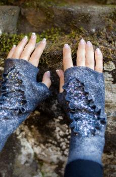 — Fingerless gloves