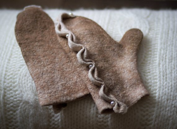 felted Gloves beige and white